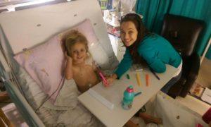 Amy en haar ma, Natasha Miller, nadat Amy gereageer het op behandeling en beter is.