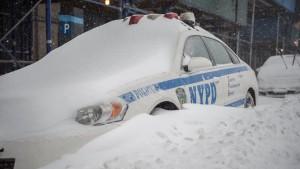 'n NYPD voertuig is Saterdag begrawe in die sneeu op Queens Plaza in Long Island City.
