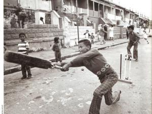 Straatkrieket in die 1970's in Distrik Ses. Foto: Jim Mclagan, Cape Argus