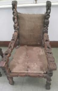 n Stoel in die Nasionale Museum van Maputo met baie fyn detail wat net uit ebbehout gemaak is.