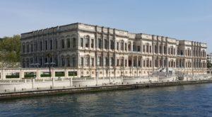 Terwyl n mens langs die Straat van Bosporus in Istanboel, Turkye vaar, sien n mens van die mees indrukwekkende argitektuur uit die Ottomans Ryk, soos wat Terrance April en n groepie joernaliste onlangs ervaar het.