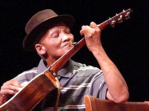 Hannes Coetzee speel lepel-kitaar