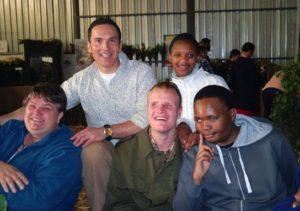 Derrich saam leerders: Susan Goosen (juffrou links), Sarel van der Westhuyzen (bruin baadjie), John Salie (regs voor) Sineleth Nyanda (staan agter).