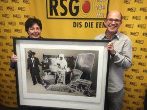 Hier is Kobus Burger (uitvoerende regisseur Drama, regs) en Magdaleen Kruger (RSG stasiebestuurder) met die vorige toekenning van die BASA-prys. Dit is 'n foto-kunswerk van Lebohang Kganye.