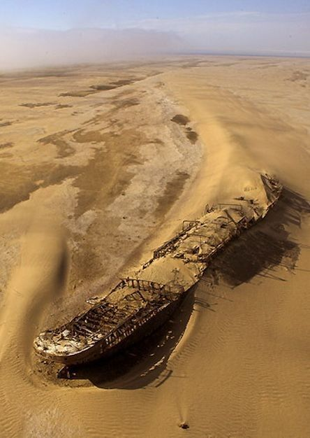 Hoe kom skeepswrakke op droë Skedelkus-sand?